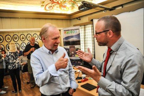 TJENTE MEST: Aps Olav Listul tjente nest best av alle politikerne i Hjartdal i fjor. Her til venstre i samtale med ordfører Bengt Halvard Odden.
