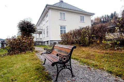 TRIVES: Finn Holm Nygaard og familien trives godt i det tidligere Kanalgalleriet, og har allerede bodd der i ti år.