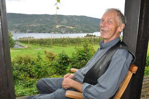 GRØNT: Nils Angard (Sp) la fram verbalforslaget om at kommunen skal være med og inspirere og motivere flere til å dyrke frukt, bær og grønnsaker. Bildet er tatt i forbindelse med en annen sak.