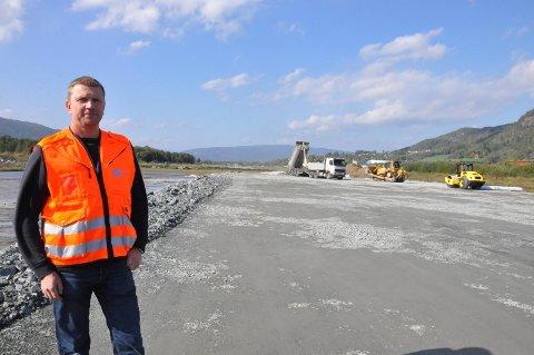 FORVENTNINGER: Dag Flåterud forventer at dagens tilskuddsordning fortsetter når fylkeskommunen overtar tildelingen. Bildet ble tatt under arbeidet med å forlenge rullebanen høsten 2018.