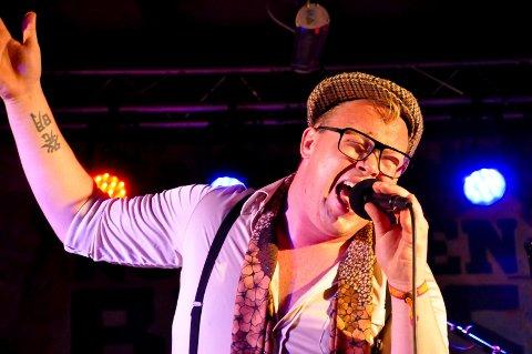 ALLSIDIG TYPE: Kim Rune Hagen veksler mellom å synge salmer i begravelser, soul på scenen og klubblåt på Spotify. Han er ute med singel - og lørdag kan du høre ham og bandet på Notodden.