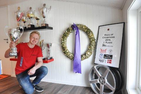Pokaler: Thomas Murstad har gjort det veldig bra innen crosskart, noe det er bevis på i ved premiehylla han har i garasjen.