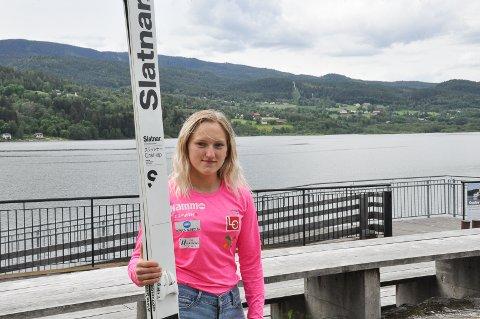 Engasjert: Her er Heidi Dyhre Traaserud med hoppskia sine med Tveitanbakken i bakgrunnen. Hun er engasjert og klar for å jobbe hardt med det nye prosjektet.