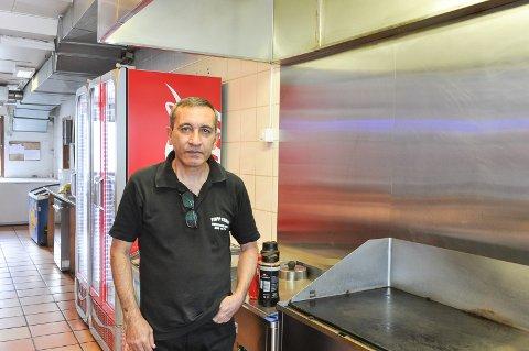 Står på: På Topp Kebab har de kun fem ansatte, men likevel har de kun stengt julaften og nyttårsaften. Ali Mahmoodi og resten av staben er engasjerte, og står på.