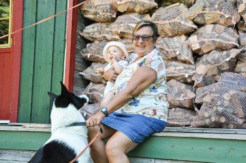 Godt å være hjemme: I sommer er Tove hjemme så mye som mulig. Her er hun med barnebarnet sitt og hunden sin, og hun nyter all den tiden hun får med de.