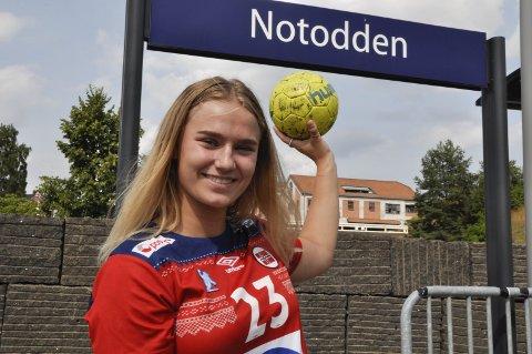 KLAR: Sanne Løkka Hagen (16) er klar for Norge i EM i Slovenia for U-17-landslaget. – Jeg gleder meg helt vilt og skal gripe de mulighetene jeg får, sier den venstrehendte bakspilleren. Sanne skal innledningsvis møte Sverige, Spania og Kroatia.