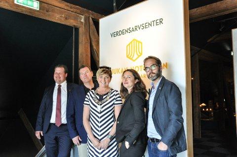 Offisielt åpnet: Her er verdensarvsenteret offisielt åpnet, og leder av senteret Halvor Sælebakke viser det stolt frem sammen med leder av NIA Runar Lia, ordfører Gry Fuglestveit og Yara-representantene Natalie Skovholt og Renè Hansen.