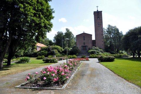 BEGRAVELSER: Notodden kirke blir ett av fire alternative steder for kristne begravelser mens  rehabiliteringen og påbyggingen av Notodden kapell pågår.
