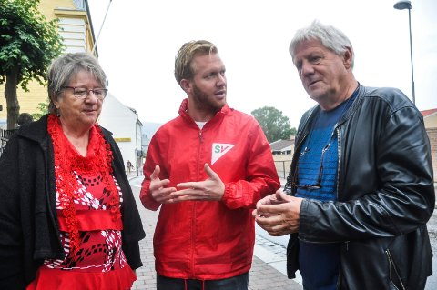 TAR SAKEN: Else Solberg Aasen og SV-leder Reidar F. Solberg har sendt Yared-saken til egen partigruppe på Stortinget. Her sammen med SVs Ådne Naper.