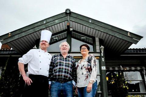 NYE LØFT: Aarnes kafeteria får 80 kvadratmeter med ny kafe og nytt kjøkken. Det er Ole Kristian Ingelstad, Gunnar Ingelstad og Gunn Anita Stenstad fornøyde med. arkivfoto: bjørnar hagen vika