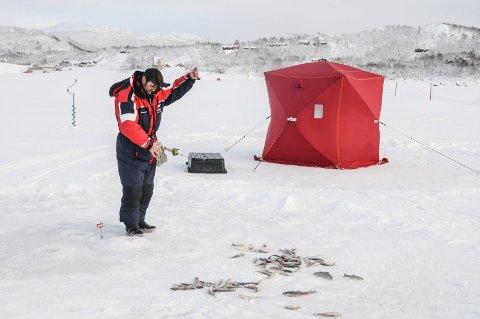 Leverer: Bjørn Erik Gyberg har fått bestilling på 1 000 røyer til Landskappleiken 2020 i juni. Fisket har vært litt trått til nå, men han er ganske sikker på at han leverer.