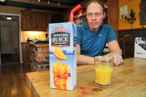 """STORT POTENSIAL: Alf Iversen har funnet opp en skjenketut som skal forhindre søl fra juicekartonger med skrukork, og han har kalt produktet """"Steady Stream""""."""