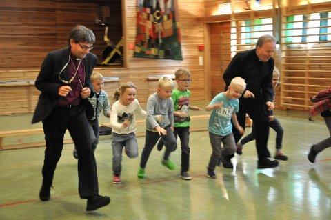 VISITAS: I september i 2016 var det bispevisitas i Hjartdal sokn og her er biskop Stein Reinertsen (t.v.) og prost Asgeir Sele (t.h.) på besøk i det som den gang het Tuddal oppvekstsenter - og deltok i leken.