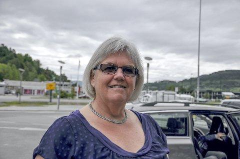HYGGELIG: Grethe Duesund forteller at det har vært veldig hyggelig å stå på stand for den nye partiet Sentrum.