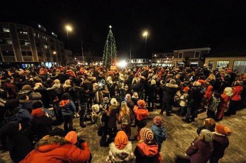 VANSKELIG Å GJENNOMFØRE: Den populære og tradisjonelle julegrantenningen i Notodden sentrum kan vi se langt etter i år. Bildet er fra 2015
