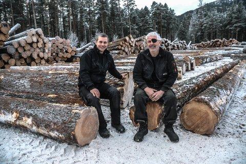 VÅREN: Bjørn Asgeir Andersen (t.h.) opplyser at de håper å få hogd skogen i vinter slik at de kan starte med utvidelsene ved Tinnoset Sag til våren. Her sammen med styreleder Harald Nisi.