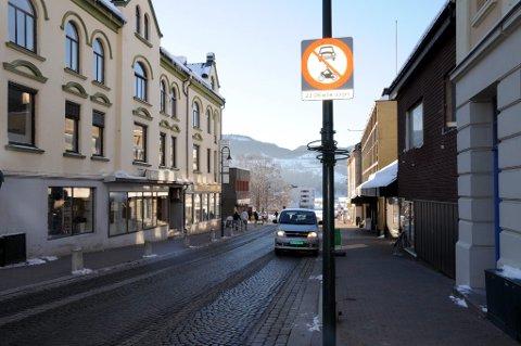 BLE STANSET HER: Politiet stanset 21-åringen i Storgata på Notodden.