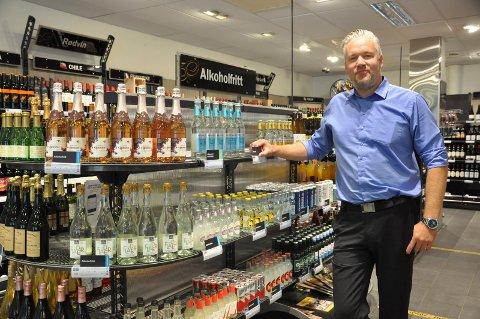 AVVENTENDE: Butikksjef Tom Erik Smørgrav avventer regjeringen og helsedepartementets avgjørelse med tanke på utvidede åpningstider.