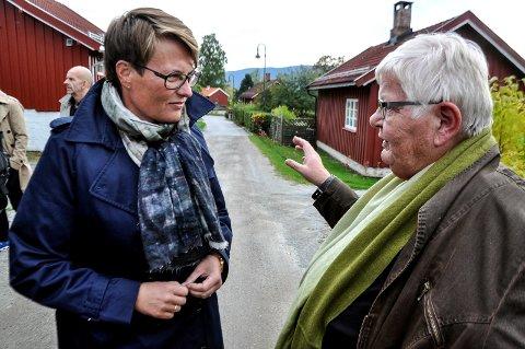 HUSKER: Mange av Telens lesere kjente avdøde Ragnhild Kraugerud og har gode minner etter henne. Her i en samtale med daværende klima og miljøminister Tine Sundtoft (til venstre) under en befaring i 2014 i forbindelse med den store Tinfosfredningen og Kraugerud var leder for Kanalbyen Borettslag.