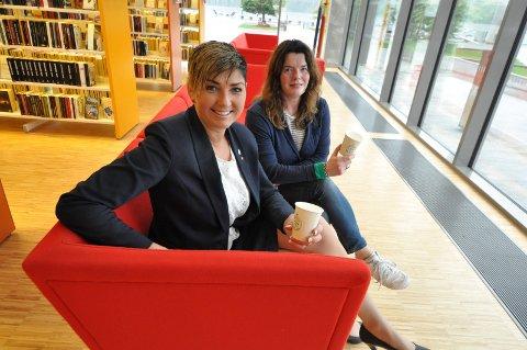VIRUSVRI: Tidligere har ordfører Gry Fuglestveit tatt plass i den røde sofaen på biblioteket hos Karen Hagen. Grunnet pandemien kan du denne fredagen bare stille ordføreren spørsmål digitalt.