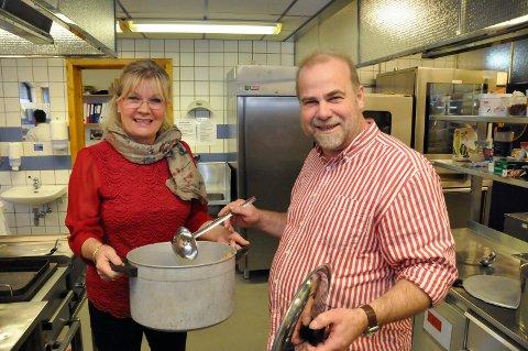 Tomme gryter: Ellen Brox Krogsrud og Øyvind Nesthus avlyser påskemiddagen. Men de ønsker alle en god og varm påske, og lover å komme sterkere tilbake, med velfylte gryter.