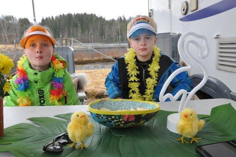 FANT FERIELYKKEN I EGEN KOMMUNE: Sindre (t.v) og Eirik Brokke Stenersen koste seg med påskeegg langs bredden av Kloumannsjøen påskeaften.