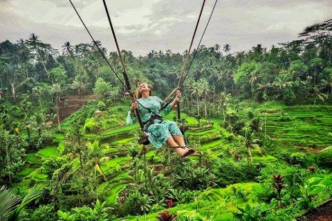 FULGTE DRØMMEN: Merete Moen fra Notodden i luftig svev på Bali. Hun tok en uvanlig avgjørelse da hun forlot en trygg jobb for å gjøre reiseopplevelser til ny levevei.