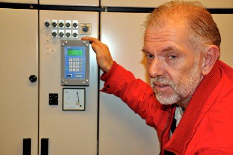 BEDRING: Ole Johan Sveva i Everket forteller at det har blitt mye færre strømbrudd i år etter at de fant en feil på størrelse med et knappenålshode.