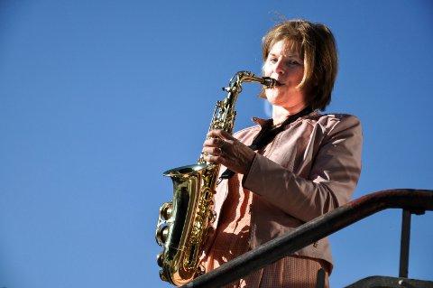 Notodden Bymusikk, her med Laila Søreide på saksofon, deltar i årets lokale, digitale 17. mai-feiring, men ellers er det tynt med oppdrag i en tid som oftest er travel for korpset.