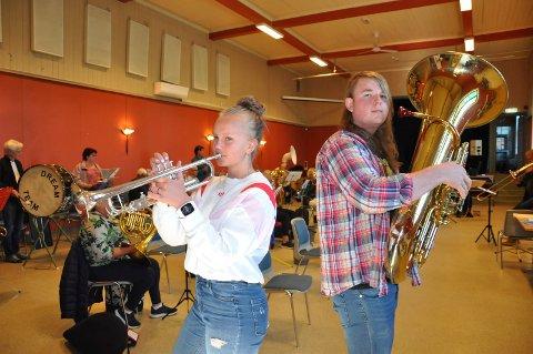 Klare: Sammen med resten av bymusikken  tar Ingeborg Hovdejord og Stein Erik Kristoffersen siste finpuss på 17. mai tonene.