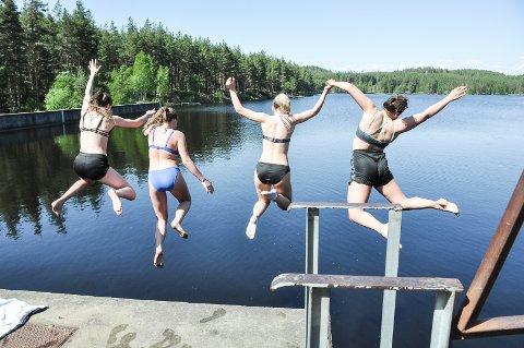 TINNEMYRA: Sommeren 2018 trengte vi mange avkjølende bad. Her er det Stine Velta, Anine Tørre, Oda Vaagen Paulsen og Signe Svarstad som hopper i vannet på Tinnemyra.