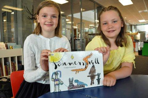 Eksklusivt: Mari Larsen (3. klasse) og Christine Eggerud Aale (4.klasse) viser stolt fram den flotte bildeboka de har lagd. sammen med klassekameratene.