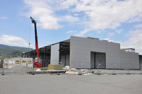 Byggmax reiser seg: Her, på tomta mellom Bohus og flyplassen, er bygget til Byggmax i ferd med å reise seg.
