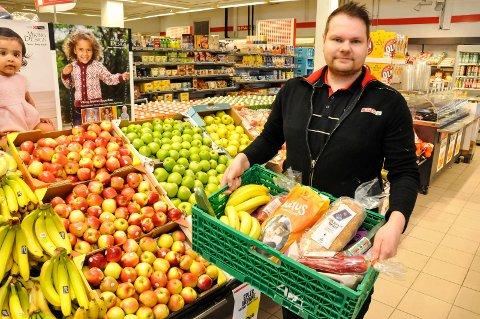 REDUSERER: Tor Magne Tømmermo daglig leder i Spar Notodden i Heddalsveien er en av flere innen dagligvarebransjen som er opptatt av å redusere matsvinnet og priser ned varer som er på vei ut på dato.