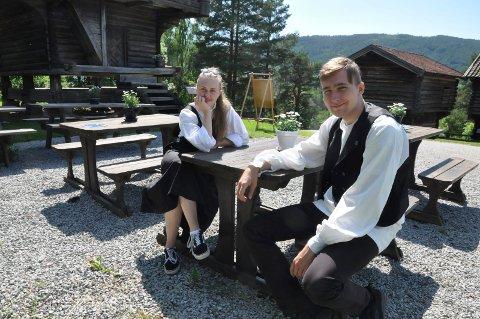 Ønsker velkommen: Runa Eid Hermansen og Ivan Nygaard  er omvisere sammen med fire andre, pluss daglig leder Helge Anderson. De håper mange nordmenn tar turen oppom bygdetunet i sommer.