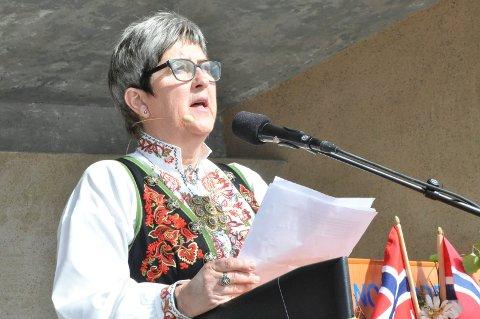 SKJØNNSMEDLEM: Aud Hegna Finnekåsa er en av 11 innbyggere som er foreslått som skjønnsmedlem. Her holder hun tale på Notodden 17. mai i 2017 og minner om at vi alle må bidra til å bygget landet til et godt sted å leve.