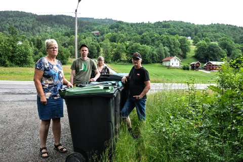Ikke her: -Det er uholdbart å ha hentepunkt for søppel til abonnentene i Mælandvegen her nede, sier Gunvor Løkslid, Kjell Magne Mæland, Marianne Vestmoen Olsen og Harald Løkslid. Oppe i lia skimtes låven hos den øverste abonnenten.