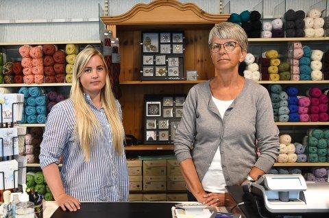 RUNDER AV: Butikkinnehaver Thea Kvålseth og Marit Jensen stenger Notodden Husflid AS 1. oktober. Butikken er ikke lenger lønnsom.