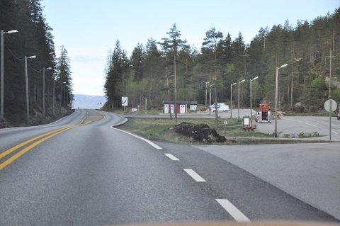 TUNNEL ELLER IKKE? Veiens høyeste punkt er her ved rasteplassen på Jerpetjønn.