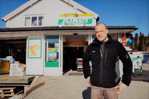 ELENDIG: Lars Tveiten forteller at mobiltelefondekningen i Bondal er generelt elendig der de fastboende bor, og at fasttelefonlinjen ble lagt ned i fjor en gang. Tveiten driver dagligvarebutikken i Tuddal, og bildet er tatt ved en annen anledning.