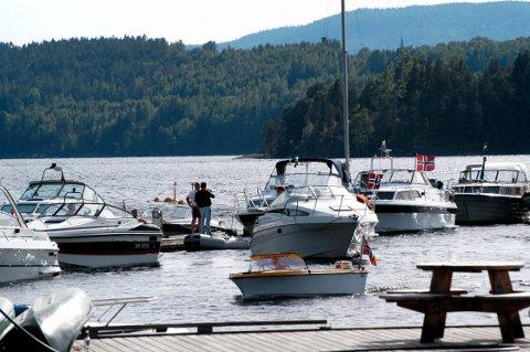 BÅTGLEDER: På fine sommerkvelder er det et yrende båtliv rundt Norsjø på Akkerhaugen. Der ble promillekjøreren tatt. (Arkivfoto: Båter og mennesker på bildet har ikke noe med artikkelen å gjøre)