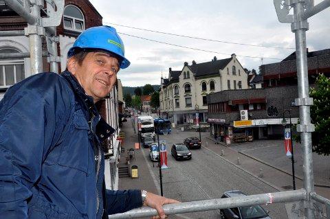2014: Her er Rune Finnekåsa under byggingen av Rallarparken borettslag i 2014. Rundt ti prosent av eiendomsskatten som Notodden kommune får inn kommer fra borettslagene.