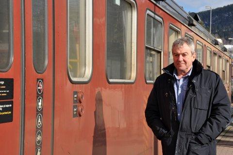 2013: Jørn Christensen kjempet i sin tid for å få byttet ut de gamle dieseltogene på Bratsbergbanen. Nå er en ny jernbanedebatt under oppseiling, og den tidligere ordføreren er med på en kamp for å få gjenåpnet Hjuksebø stasjon - men minner om at det er streke krefter man skal kjempe mot.