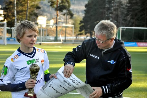 PÅ NOTODDEN: Da Strømsgodsets G16-lag vant eliteturneringen på Notodden i 2012, var det Per Arne Hansen som overrakte pokal og sjekk til kaptein Martin Ødegaard (13). Onsdag kveld debuterer Ødegaard som kaptein for det norske landslaget.