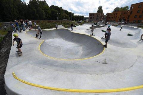 POPULÆR: Skateparken i Haspa har blitt veldig populær. Dette bildet er tatt i 15-tiden søndag. FOTO: OLE JOHN HOSTVEDT