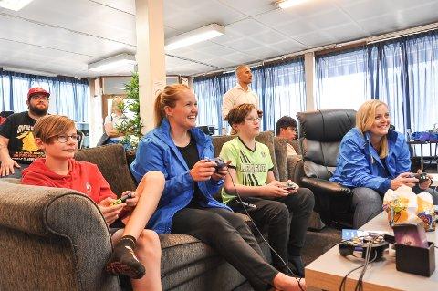 """KOSTE SEG: fv. Tobias Hamrich, Veslemøy Wåle, Magnus Alvaren Langedok og Tina Bru storkoste seg med både """"smash"""" og """"stickman"""" på yumecon fredag formiddag."""