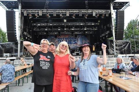 FIN GJENG: Nina Risinggård, Knut Torpingen, Lene Britt Johannesen og Kjersti Jansson er blant bluesfamilien som de kaller seg, de storkoser seg på festivalen.