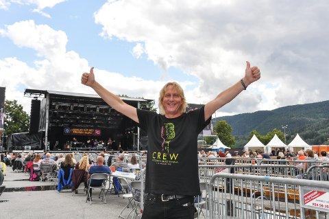 TOMMEL OPP: Festivalsjef Jostein Forsberg hadde et stort smil om munnen på avslutningskonserten.