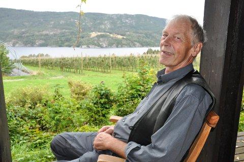 FROSTSKADER: - Jeg har bare opplevd en slik vinter tidlig, forteller Nils Angard. På gården må det byttes ut mange hundre epletrær på grunn av frostskadene sist vinter.