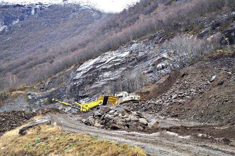 Bredesen Graving & Transport har fått pålegg om å legge fram en sikringsplan for Rådshammaren steinbrudd.